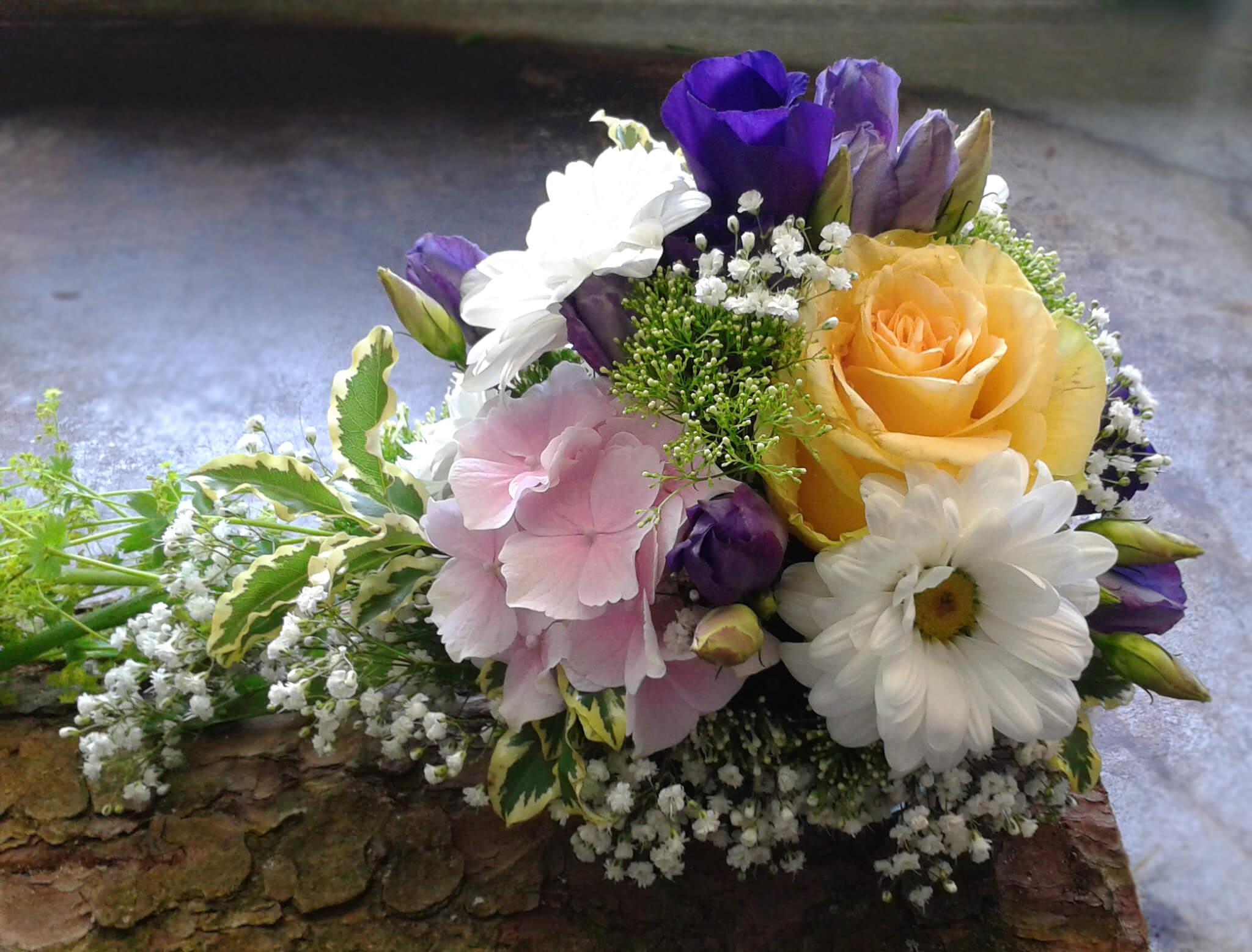 Blütengesteck in Pastellfarben