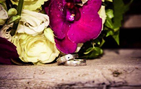 Brautstrauß mit Orchideen und Ringen