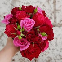 Wunderbar romantischer Brautstrauß mit roten Rosen Kopf an Kopf
