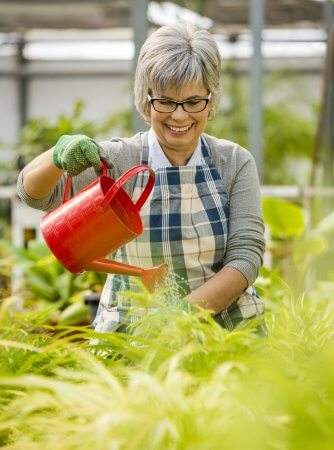 Gärtnerin gießt Blumen
