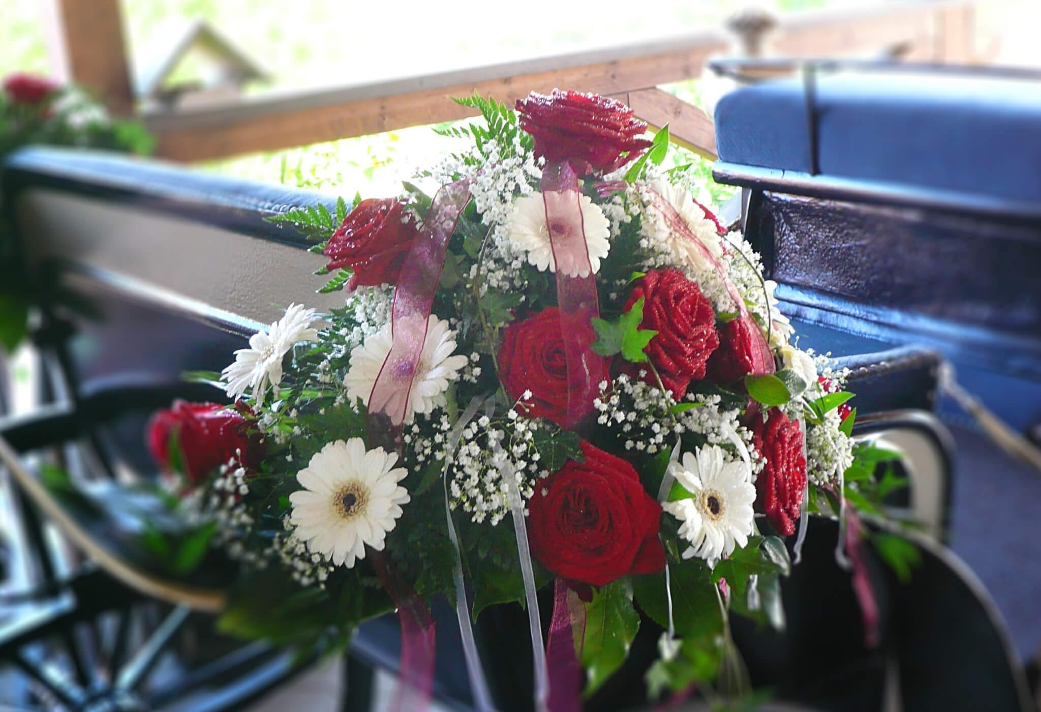 Blumendeko für Hochzeitskutsche